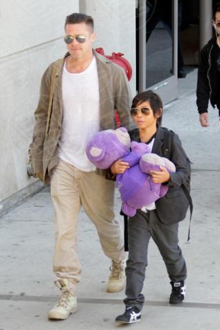 Pax Thien Jolie Pitt, Brad Pitt - Los Angeles - 05-02-2014 - Brad Pitt e Angelina Jolie fanno rientro a Los Angeles