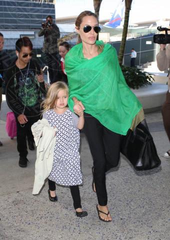 Vivienne Jolie Pitt, Maddox Jolie Pitt, Angelina Jolie - Los Angeles - 05-02-2014 - Brad Pitt e Angelina Jolie fanno rientro a Los Angeles