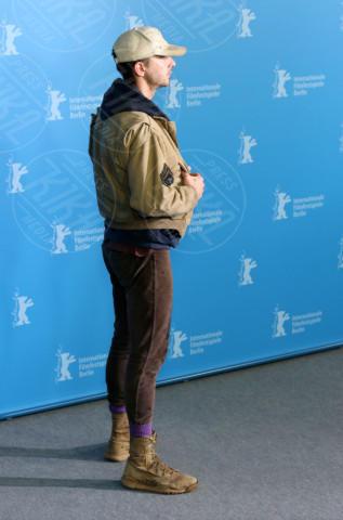 Shia LaBeouf - Berlino - 09-02-2014 - Shia LaBeuof e il cambio d'abito, questo sconosciuto