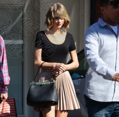 Taylor Swift - Hollywood - 14-02-2014 - Si scrive street-style chic, si legge… Taylor Swift!