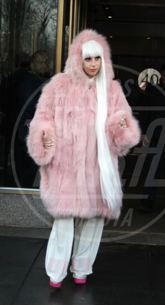 Lady Gaga - New York - 18-02-2014 - Inverno grigio? Rendilo romantico vestendoti di rosa!