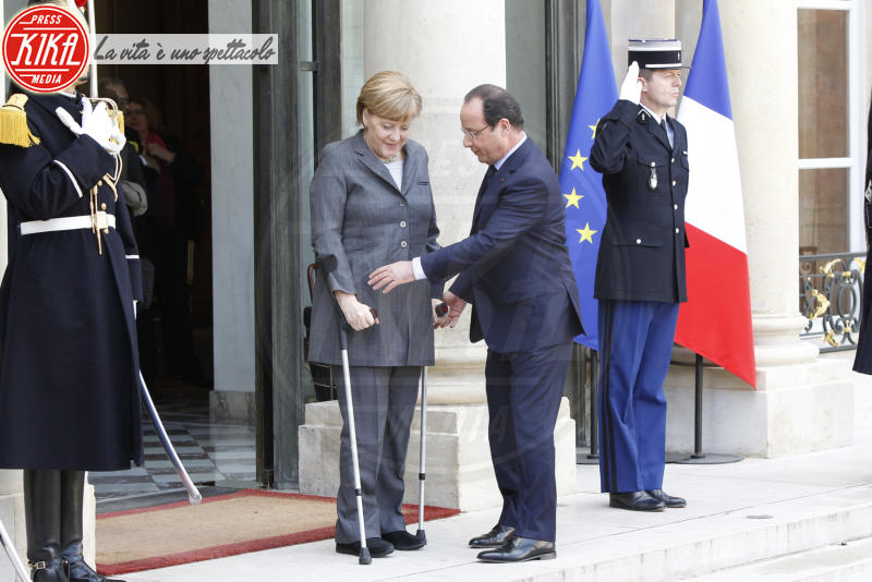 François Hollande, Angela Merkel - Parigi - 19-02-2014 - Bende, cerotti, gessi, la dura vita della star