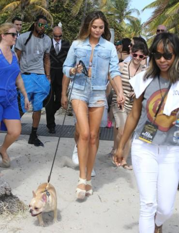 Christine Teigen - Miami - 20-02-2014 - Il migliore abbinamento per il jeans? Altro jeans