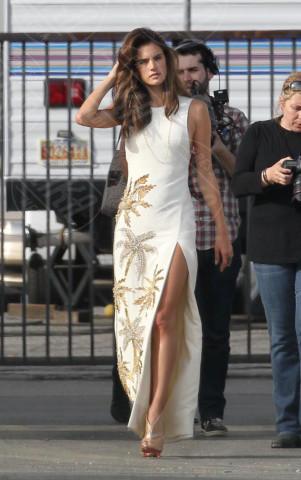Alessandra Ambrosio - Los Angeles - 27-02-2014 - Contro il caldo dell'estate, prendi fresco con lo spacco!