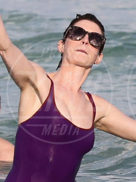 Anne Hathaway - Miami - 23-03-2014 - Reggiseno? No grazie, le star lasciano intravedere tutto