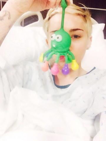 Miley Cyrus - Los Angeles - 15-04-2014 - Non c'è fine alla mania dell'autoscatto: ecco l'hospital selfie