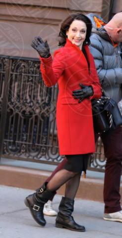 Bebe Neuwirth - New York - 16-04-2014 - Sarà un inverno caldo… con un cappotto rosso!