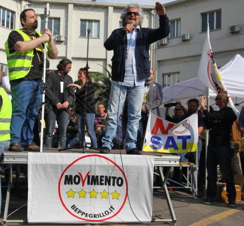 """Beppe Grillo - Comizio Beppe Grillo - Piombino - 26-04-2014 - Grillo a Piombino: """"Celebriamo la morte dei sindacati"""""""