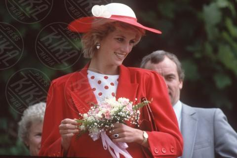 Lady Diana - 12-04-2010 - Emily Ratajkowski mostra l'enorme anello di fidanzamento
