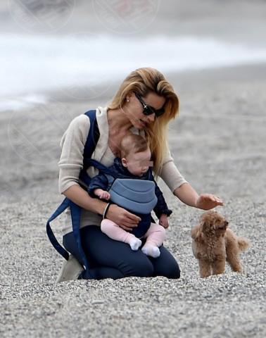 Sole Trussardi, Michelle Hunziker - Varigotti - 28-04-2014 - Anche i VIP in spiaggia con i fidati amici a quattro zampe