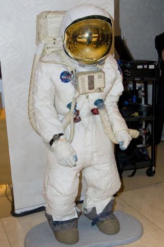New York - 15-07-2010 - Il vecchio astronauta va in pensione: ecco la tuta spaziale Z-2