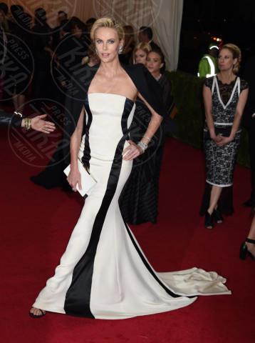 Charlize Theron - New York - 05-05-2014 - MET Gala: bianco e nero, un classico sul tappeto rosso