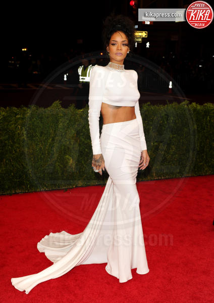 Rihanna - New York - 05-05-2014 - Top Crop & company: pancini al vento sul red carpet