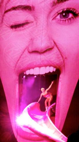 Miley Cyrus - Londra - 06-05-2014 - Autoerotismo sul palco. Indovinate chi è, non è difficile