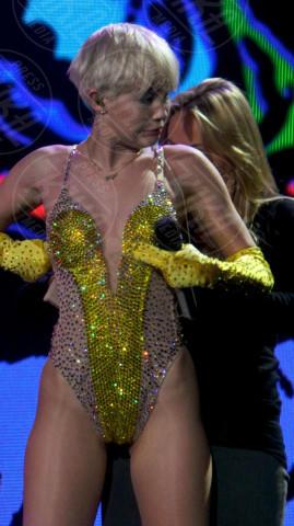 Tish Cyrus, Miley Cyrus - Londra - 06-05-2014 - Autoerotismo sul palco. Indovinate chi è, non è difficile