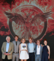 Liam Hemsworth, Francis Lawrence, Jennifer Lawrence, Sam Claflin, Josh Hutcherson, Donald Sutherland, Julianne Moore - Cannes - 17-05-2014 - Cannes 2014: il photocall di Hunger Games