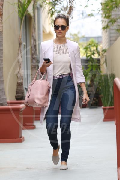 Jessica Alba - Los Angeles - 23-05-2014 - Inverno grigio? Rendilo romantico vestendoti di rosa!