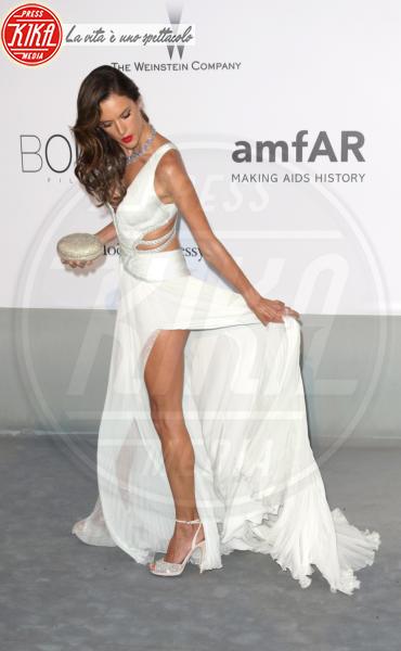 Alessandra Ambrosio - Cannes - 22-05-2014 - Contro il caldo dell'estate, prendi fresco con lo spacco!