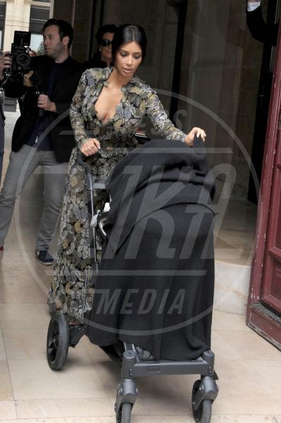 North West, Kim Kardashian, Kanye West - Parigi - 23-05-2014 - Non solo lato B! Overkim prende la vita… di petto!