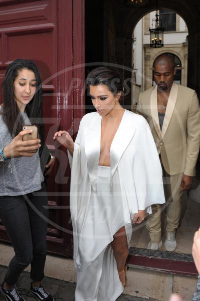 Kim Kardashian, Kanye West - Parigi - 23-05-2014 - Non solo lato B! Overkim prende la vita… di petto!