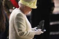Regina Elisabetta II - Belfast - 24-06-2014 - Elisabetta II mette le mani sul Trono… di Spade!