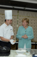 Angela Merkel - Chengdu - 06-07-2014 - Angela Merkel prende lezioni di cucina cinese