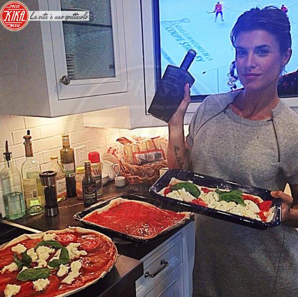Elisabetta Canalis - 08-07-2014 - La pizza patrimonio dell'Unesco: ma le star lo sapevano già!