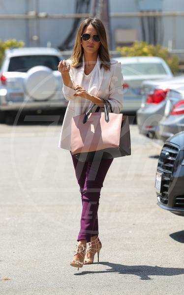 Jessica Alba - Beverly Hills - 09-07-2014 - Inverno grigio? Rendilo romantico vestendoti di rosa!