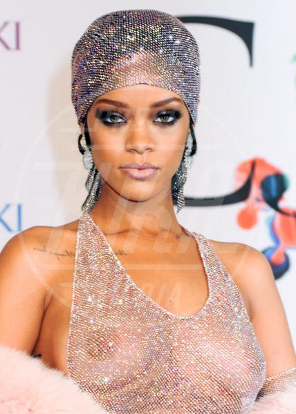Rihanna - Los Angeles - 02-06-2014 - Reggiseno? No grazie, le star lasciano intravedere tutto