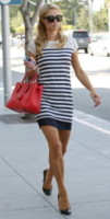 Paris Hilton - Los Angeles - 18-07-2014 - Lo streetstyle è più malizioso con una minigonna