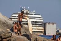 Costa Concordia - Turisti - Isola del Giglio - 19-07-2014 - Costa Concordia, cinque anni fa la tragedia all'Isola del Giglio