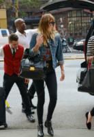 Dakota Johnson - New York - 22-07-2014 - Un classico che ritorna: il giubbotto di jeans