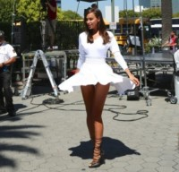 Irina Shayk - Los Angeles - 22-07-2014 - Irina Shayk, uno splendore in bianco sul set di Extra