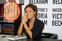 Victoria Beckham - Londra - 05-10-2001 - Emily Ratajkowski mostra l'enorme anello di fidanzamento