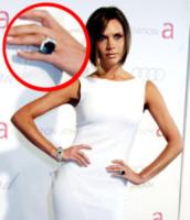 Victoria Beckham - CA - 27-02-2007 - Emily Ratajkowski mostra l'enorme anello di fidanzamento