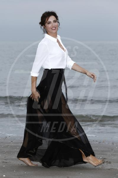 Luisa Ranieri - Venezia - 26-08-2014 - Camicia bianca e gonna nera: un look… evergreen!