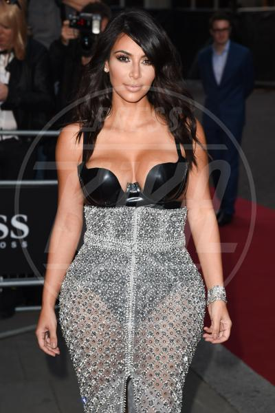 Kim Kardashian - Londra - 02-09-2014 - Non solo lato B! Overkim prende la vita… di petto!