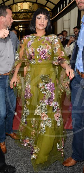 Lady Gaga - Londra - 23-09-2014 - Lady Gaga e Anna Dello Russo: chi lo indossa meglio?