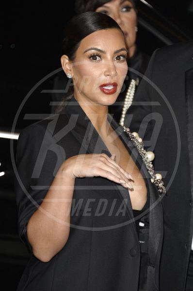 Kim Kardashian - Parigi - 01-10-2014 - Non solo lato B! Overkim prende la vita… di petto!