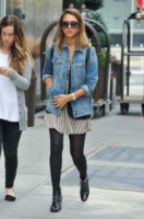 Jessica Alba - Manhattan - 11-09-2014 - Un classico che ritorna: il giubbotto di jeans