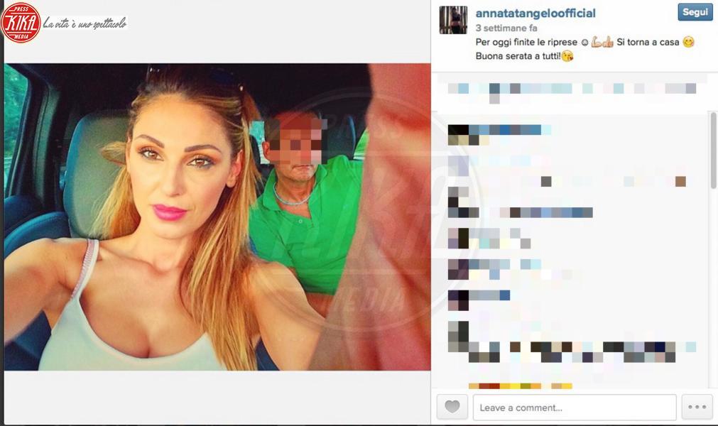 Anna Tatangelo - 02-11-2014 - Selfie al volante: le vip si immortalano alla guida