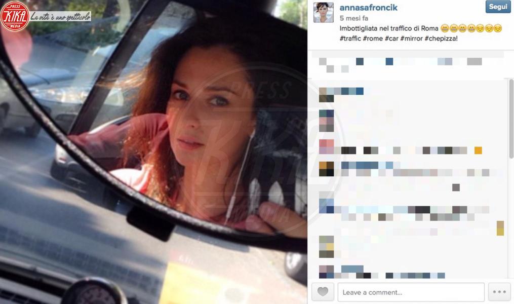 Anna Safroncik - 02-11-2014 - Selfie al volante: le vip si immortalano alla guida