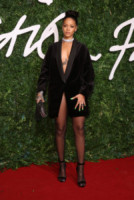 Rihanna - Londra - 01-12-2014 - Blake Lively: pantaloni? No grazie, sotto la giacca... niente!