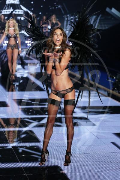 Alessandra Ambrosio - Londra - 02-12-2014 - Le star che non sapevate avessero particolari difetti fisici