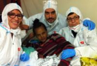 Medici, mamma - Lampedusa - 16-12-2014 - Lampedusa, Natale in anticipo sulla nave Etna: è nato Aloniab
