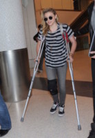 Chloe Moretz, Chloe Grace Moretz - Los Angeles - 17-12-2014 - Star come noi: che scomode queste stampelle!