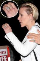 Los Angeles - 28-12-2014 - Emily Ratajkowski mostra l'enorme anello di fidanzamento