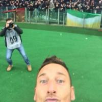 Francesco Totti - Roma - 12-01-2015 - Il bastone per i Selfie? È superato! Arrivano le Shoefie