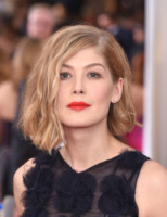 Rosamund Pike - Los Angeles - 26-01-2015 - Frangetta addio, i capelli si portano con la riga di lato!