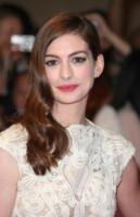 Anne Hathaway - Londra - 23-08-2011 - Frangetta addio, i capelli si portano con la riga di lato!